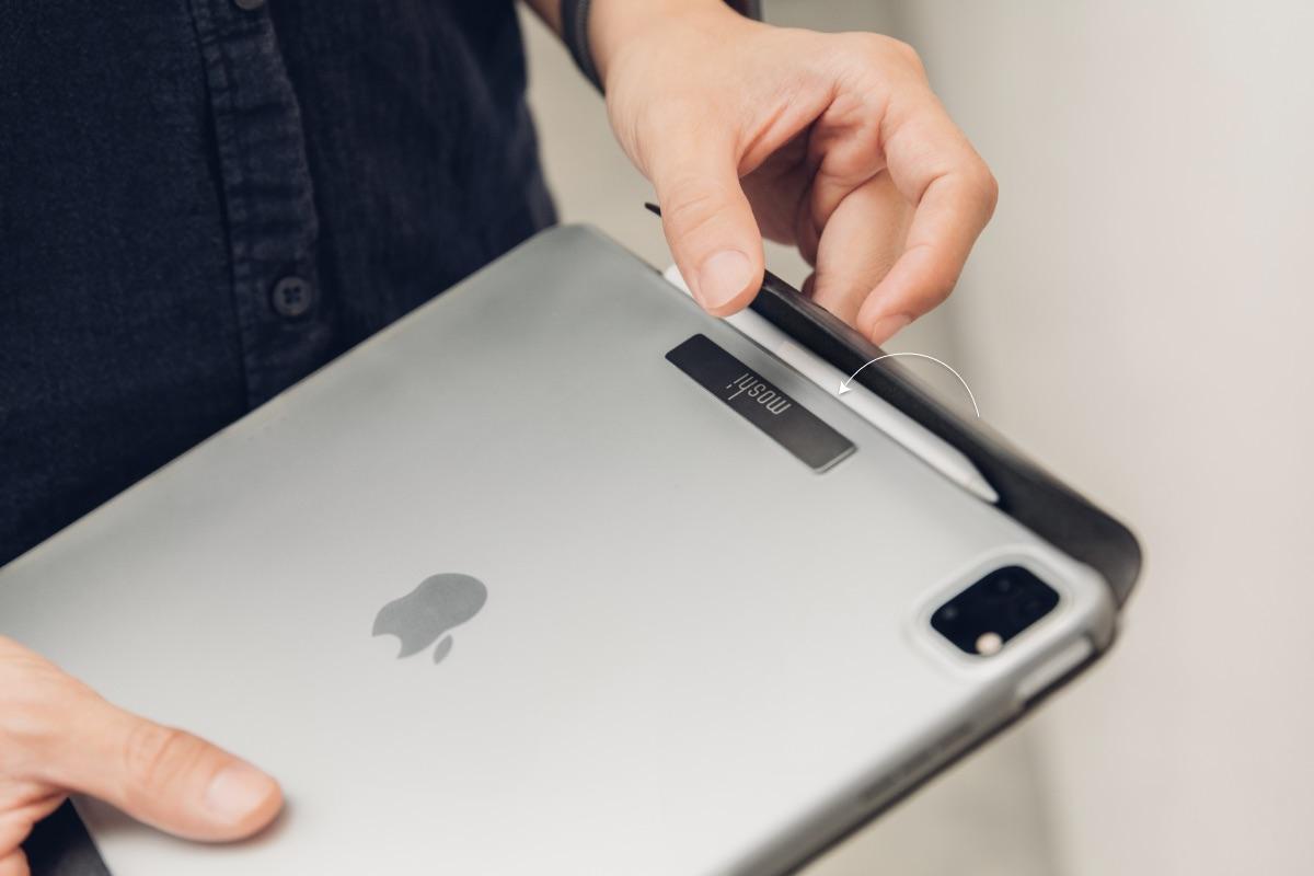 Der vordere Magnetverschluss hält nicht nur die Bildschirmabdeckung des VersaCover sicher geschlossen, wenn es nicht verwendet wird, sondern umhüllt auch Ihren Apple Pencil, um zusätzlichen Schutz zu bieten und Verluste beim Aufladen zu verhindern.