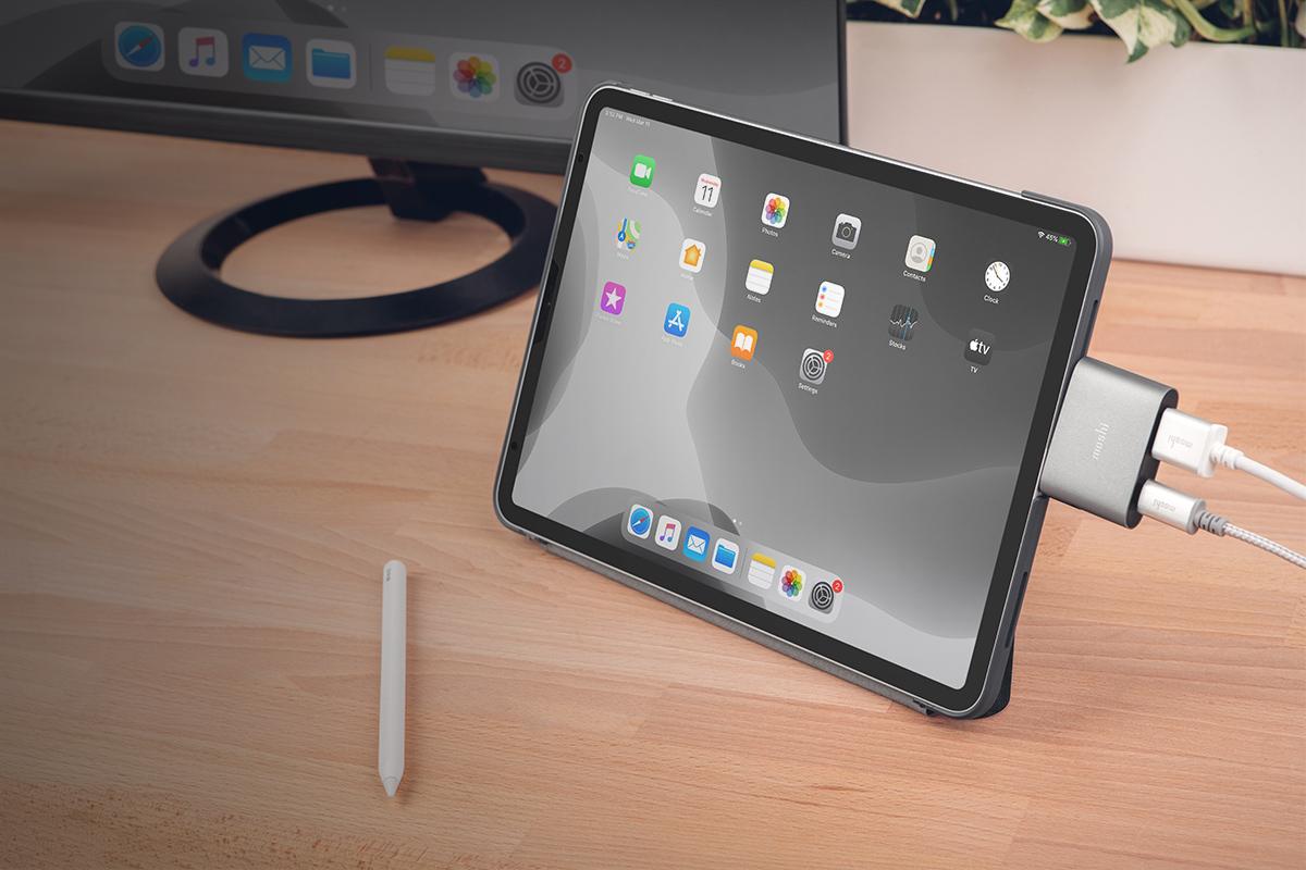 輕鬆將外部顯示器連接至您的 iPad Pro 及 Microsoft Surface 桌面設定。
