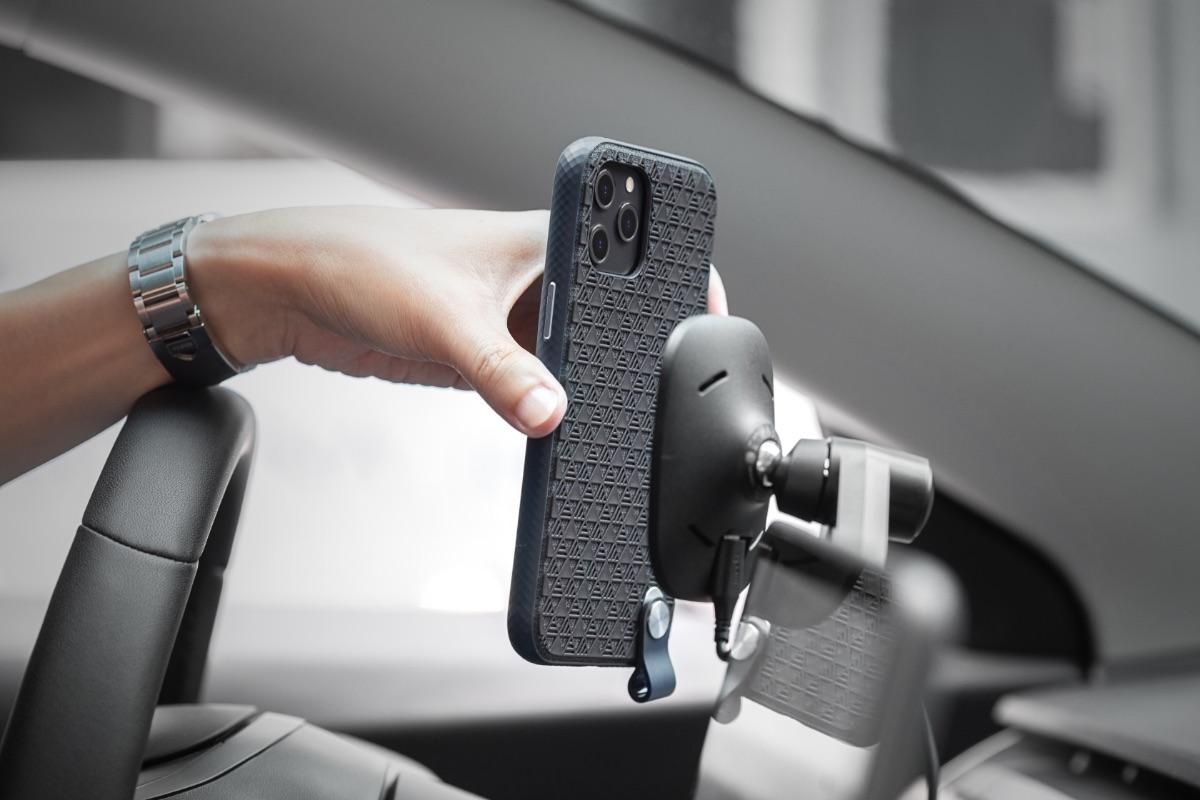 免拆除手機殼就能隨時進行無線充電,可搭配 Moshi 北歐風格質感 Q 系列無線充電產品如 Lounge Q 使用。並支援 Moshi SnapTo ™ 磁吸系統配件使用。請將保護殼內的塑膠墊片取下,並替換成 SnapTo 磁吸系統配件內附的內藏式金屬鐵片即可使用,讓您享受輕輕一放即磁吸固定於牆上或車用的便利性。