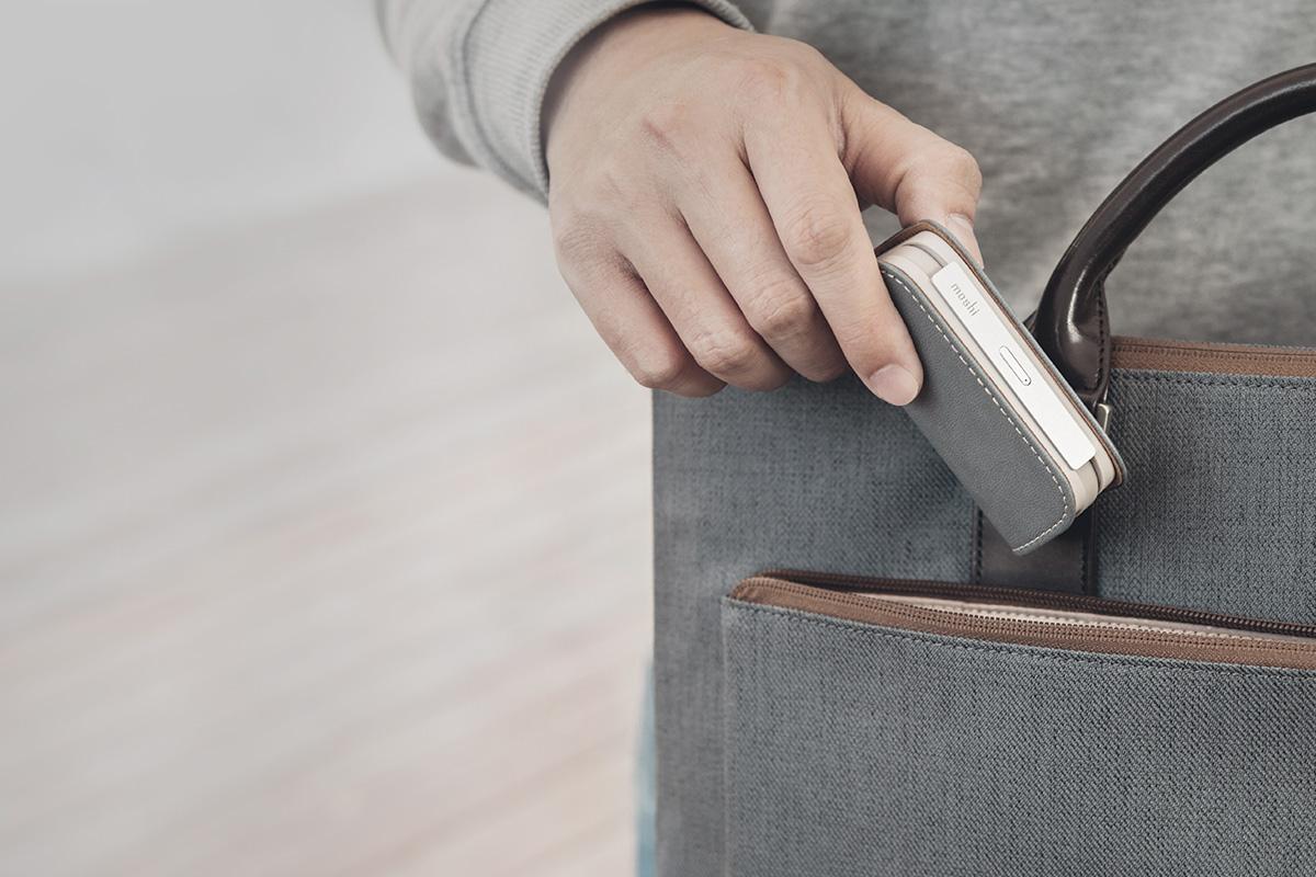 スタイリッシュなヴィーガンレザー製のこの5,000mAhバッテリーはポケットやバッグに合わせやすく、便利に持ち運びできます。