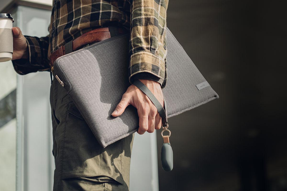 AirPodsの容易な持ち運び、もしくはAirPodsを安全に取付けて持ち運べます。