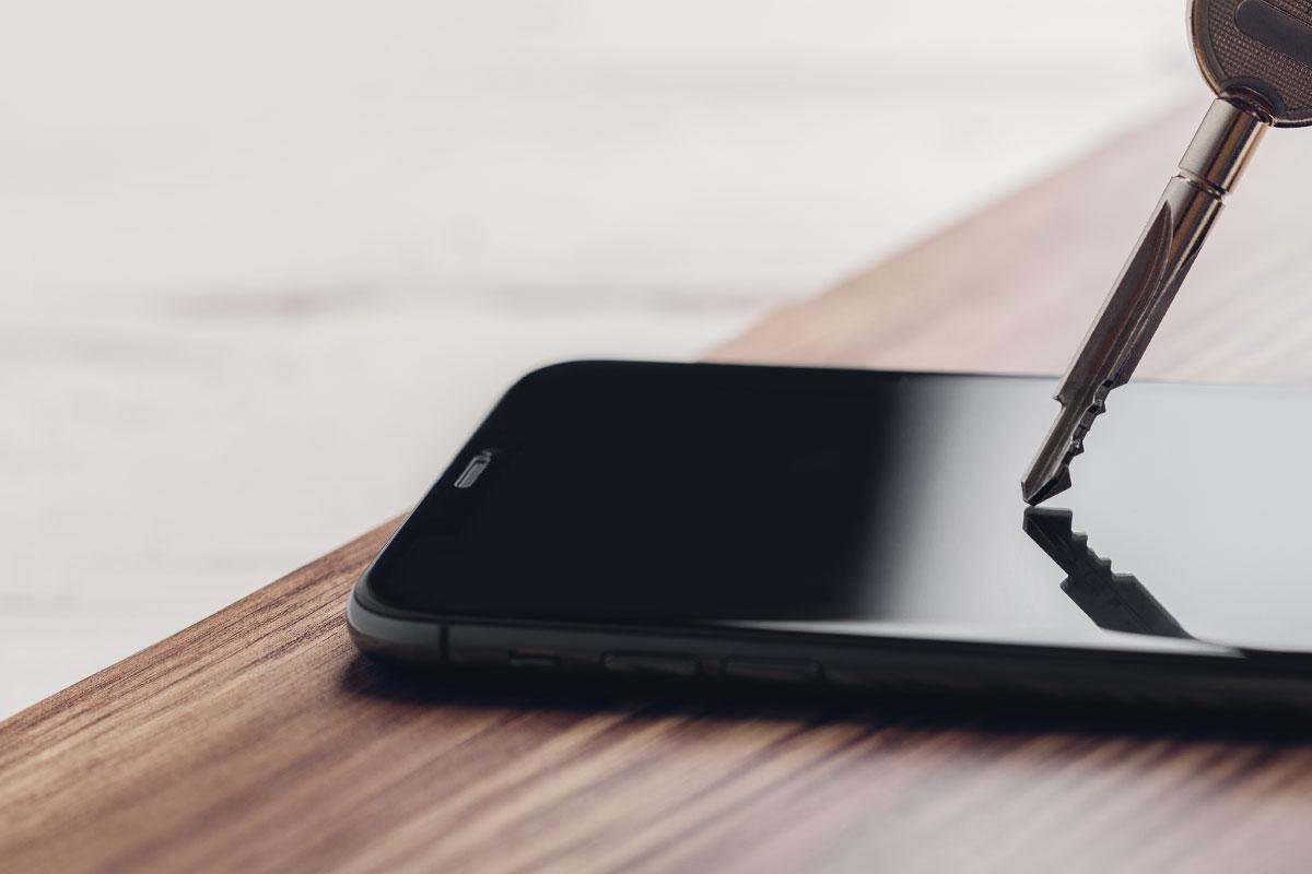 Ультратвердый внешний слой в течение длительного времени обеспечивает надежную защиту от царапин при контакте с ключами, монетами и другими твердыми предметами