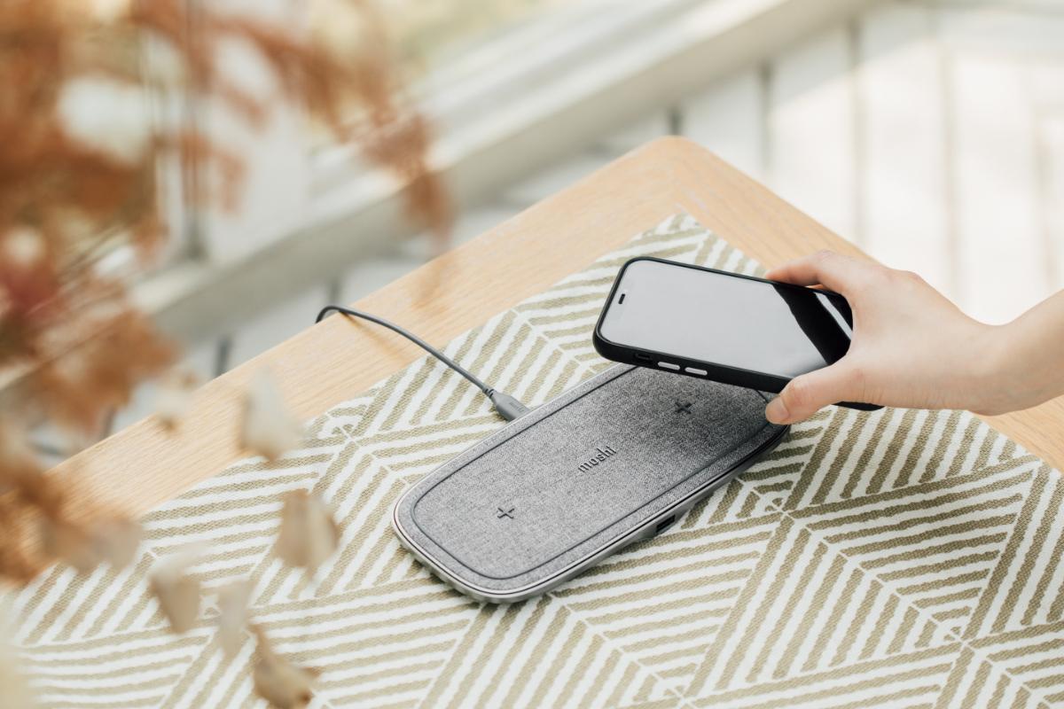 Los dos módulos Q-coil™ de Sette Q admiten el último protocolo Qi EPP para una carga inalámbrica aún más rápida. Cada módulo es capaz de proporcionar hasta 15 W de potencia de carga a dispositivos compatibles para una carga rápida sin preocupaciones. Utilizalo con un adaptador de corriente USB-C PD 3.0 de 30 W (15 V / 2 A) para obtener una carga inalámbrica simultánea de 7,5 W o un adaptador de 45 W (15 V / 3 A) para una carga de hasta 15 W en cada dispositivo.