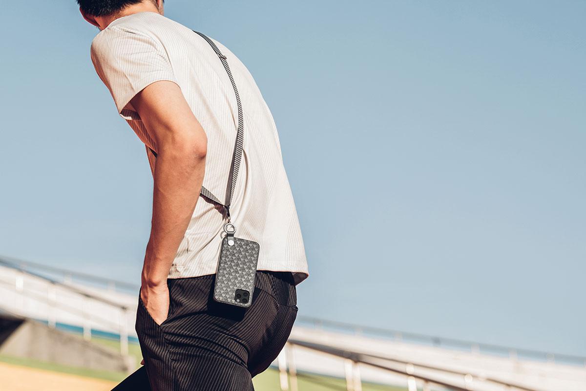 Portez l'Altra en bandoulière sur l'épaule ou autour du cou.