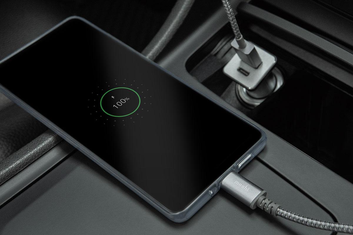 使用 USB-C 或 USB-A 端口充电线接入 Quikduo 车载充电器,连接兼容 QC 或 USB-PD 快充协议的 Android 手机。