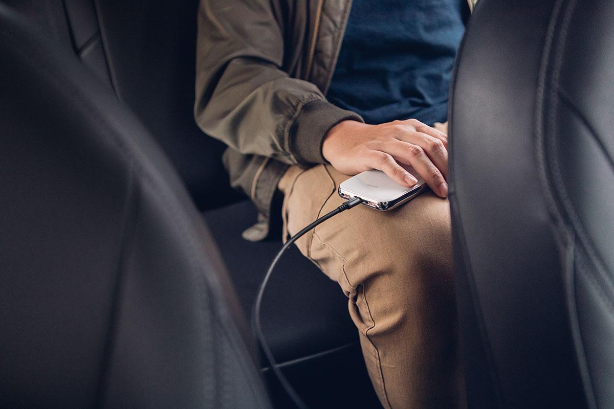 Благодаря длине в 3 метра даже пассажиры на задних креслах автомобиля смогут заряжать свои устройства во время поездки.