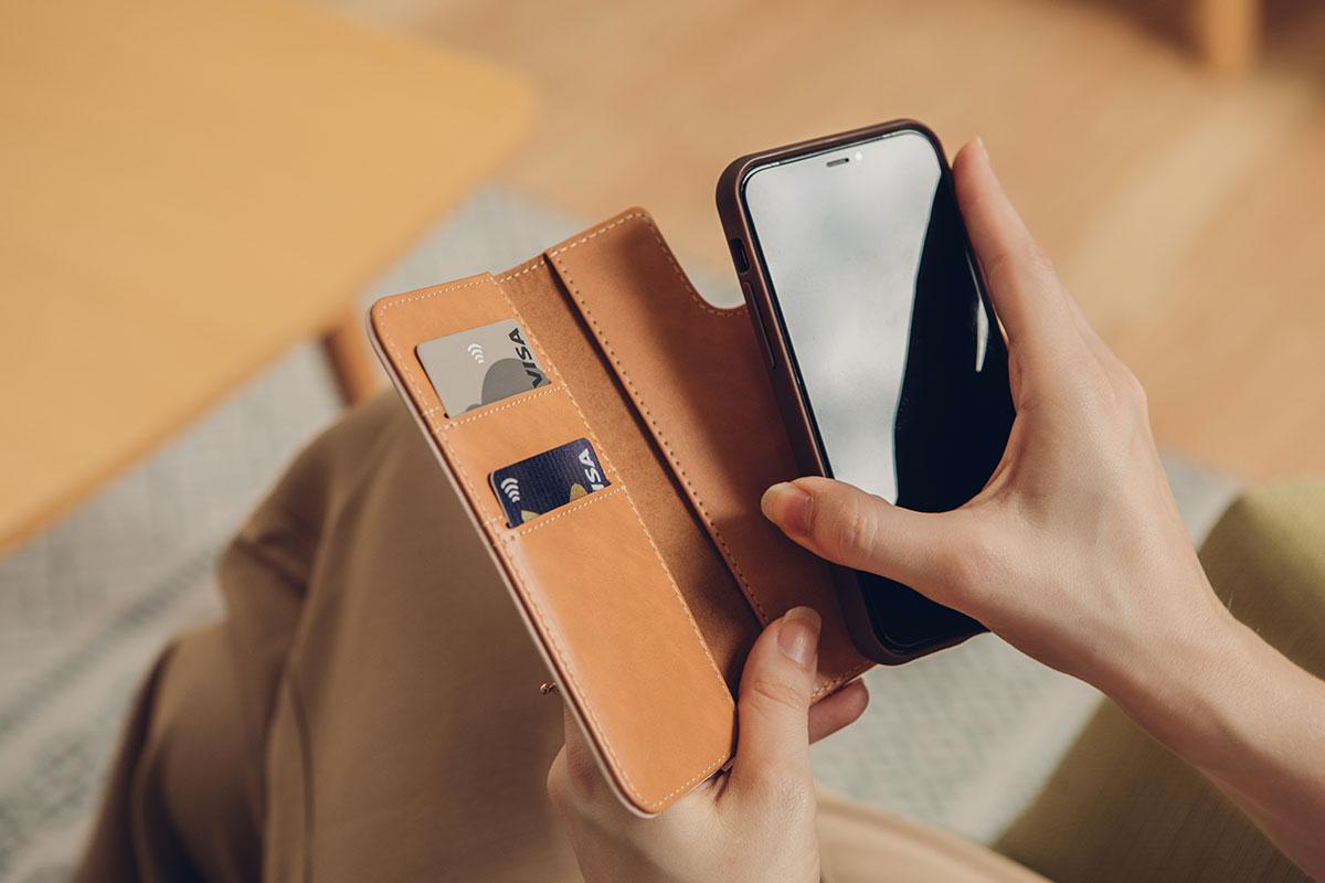 Gracias a su diseño magnético, la funda se retira de la cartera para mayor conveniencia al tomar fotos o pagar con Apple Pay.