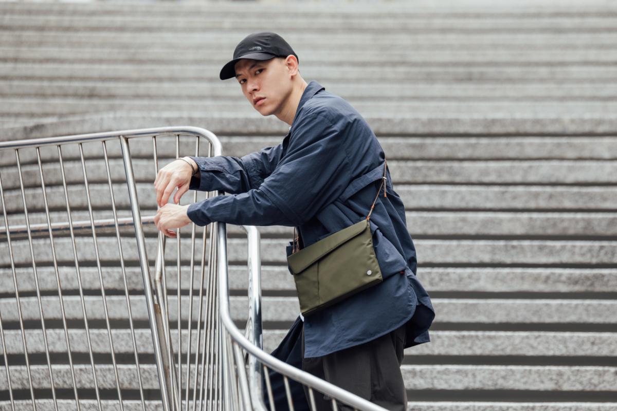 Aro 的簡約設計,能輕鬆與服裝相配。在城市中與你一起完成一次一次探索。輕量小巧,並具足夠空間容納重要物品。