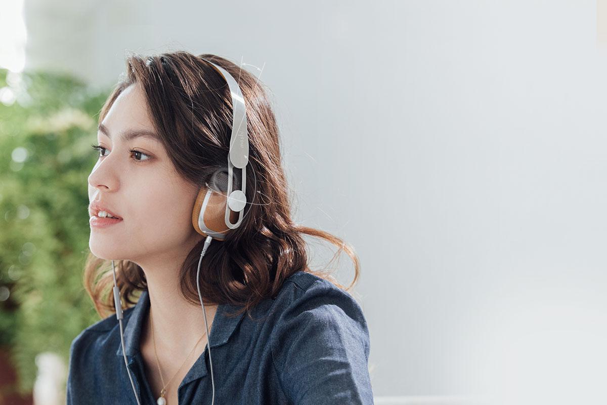 秉持人體工學設計理念,為各種不同頭圍的人設計出都能舒適配戴的前傾 14°頭帶,令耳罩更加舒適地配戴。