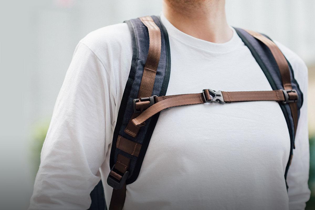 肩帶及背包背部襯有網面減壓墊,透氣舒適。