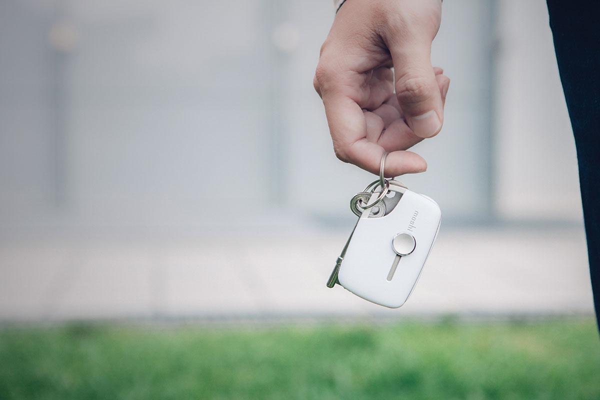 Das Karabinerhaken-Design befestigt Xync an Ihrem Schlüsselring oder Ihrer Tasche.