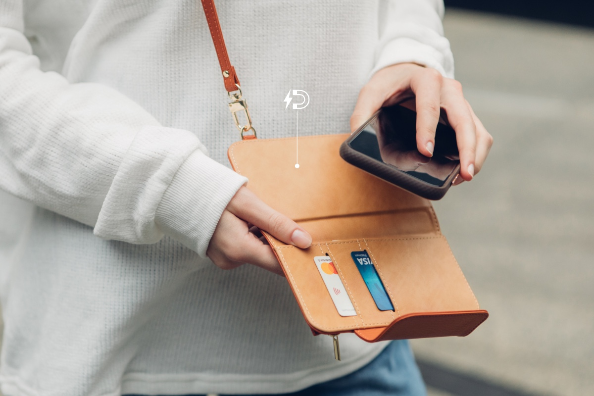 Remove your phone from the SnapTo™ Crossbody Wallet with just one hand to answer calls, make a payment, or take photos. When you're done, simply snap it back into place and a set of strong magnets keeps your phone secured inside the wallet for a safe carry.(*SnapTo™ series case NOT included.)