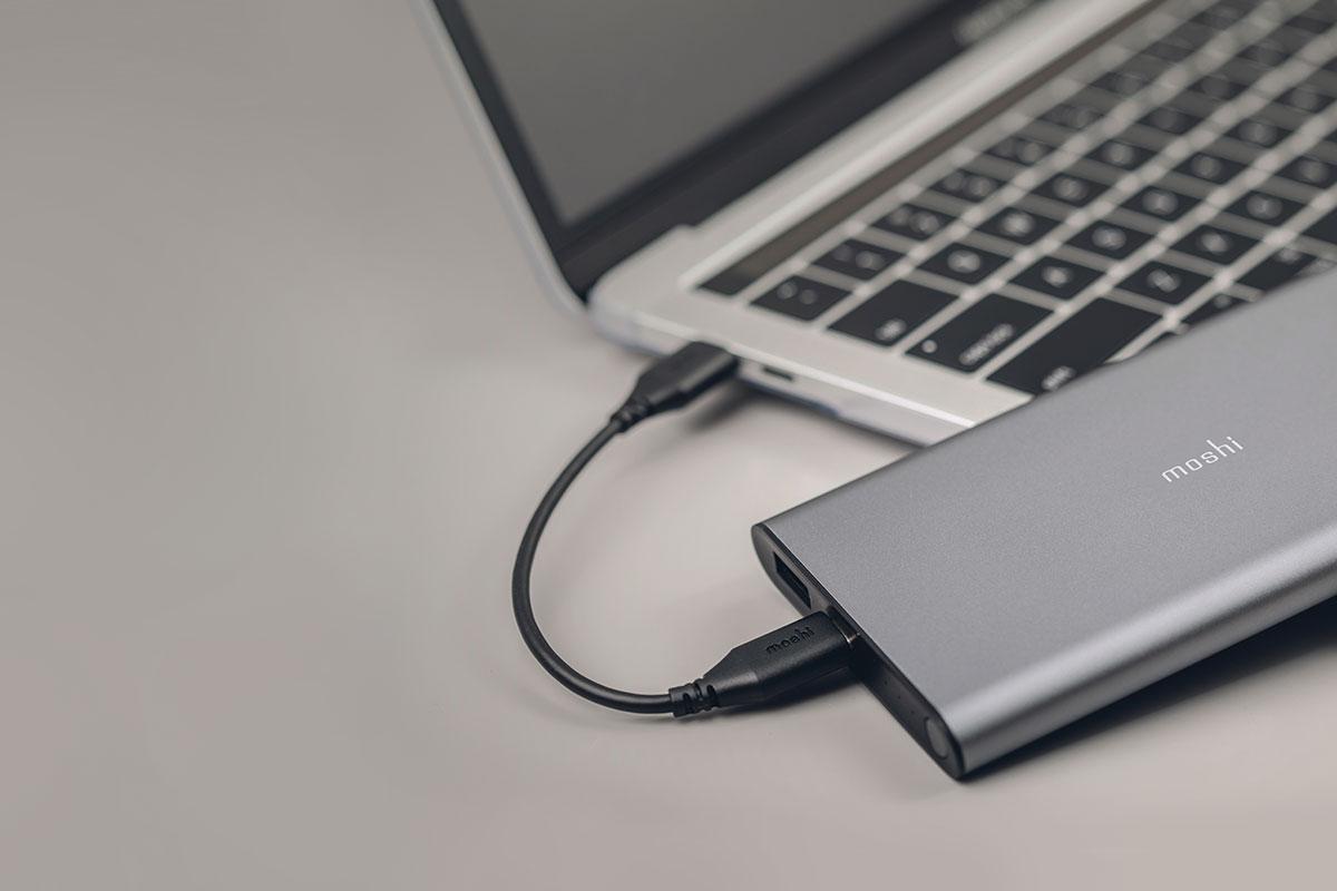 Hinweis: IonSlim 10K lädt sich nur mit dem USB-C-Kabel auf, wenn es an ein USB-C-Ladegerät angeschlossen ist. Wenn IonSlim 10K an ein USB-C-Gerät wie einen Laptop angeschlossen ist, wird das Gerät aufgeladen.
