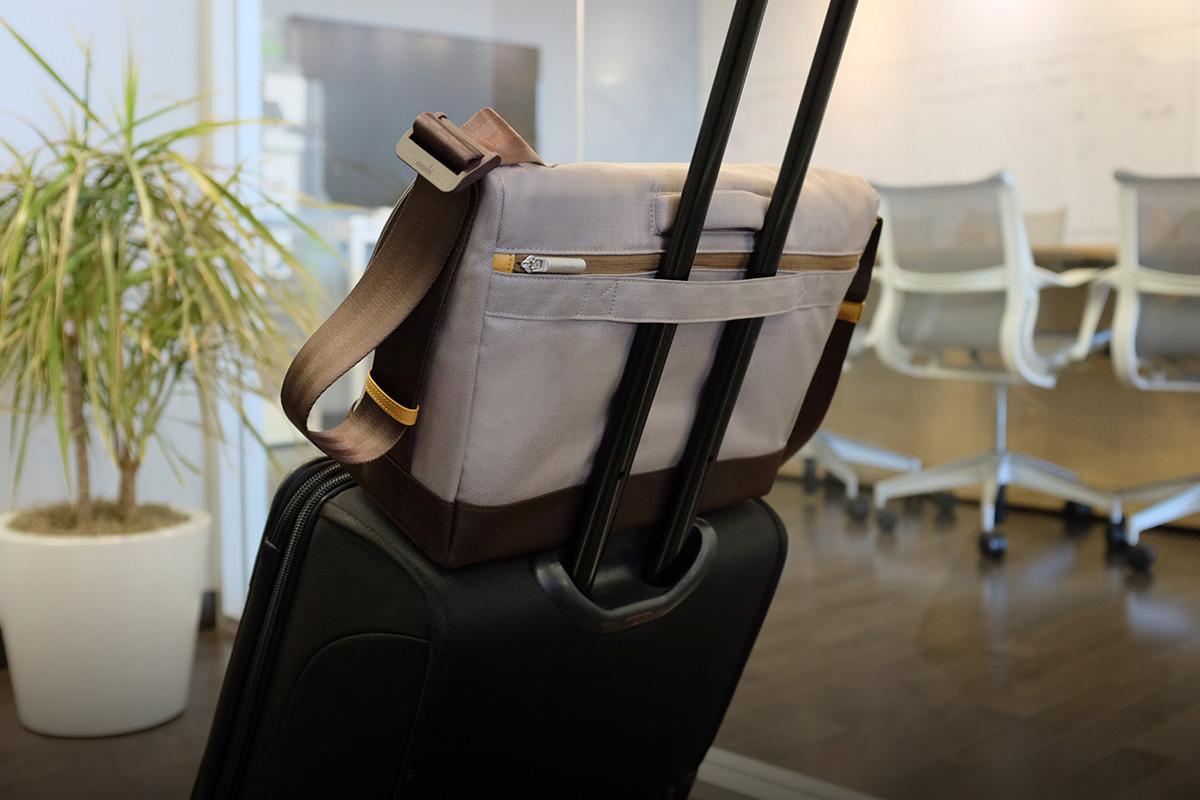 Una correa trasera para carritos asegura tu bolso a la maleta.