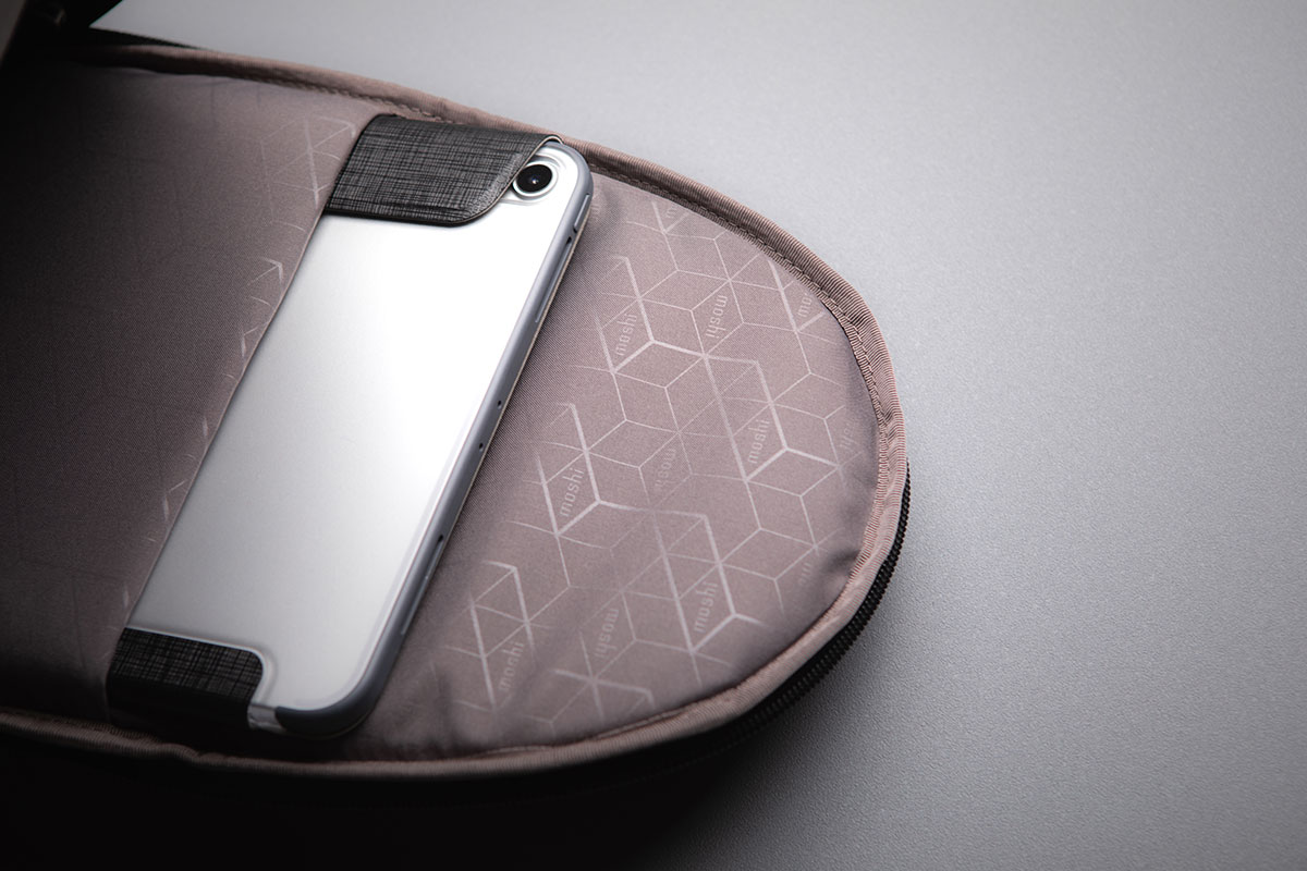 コンパクトな内部構造には10.5インチiPad Proに対応するパッド入りスリーブも備わっています。