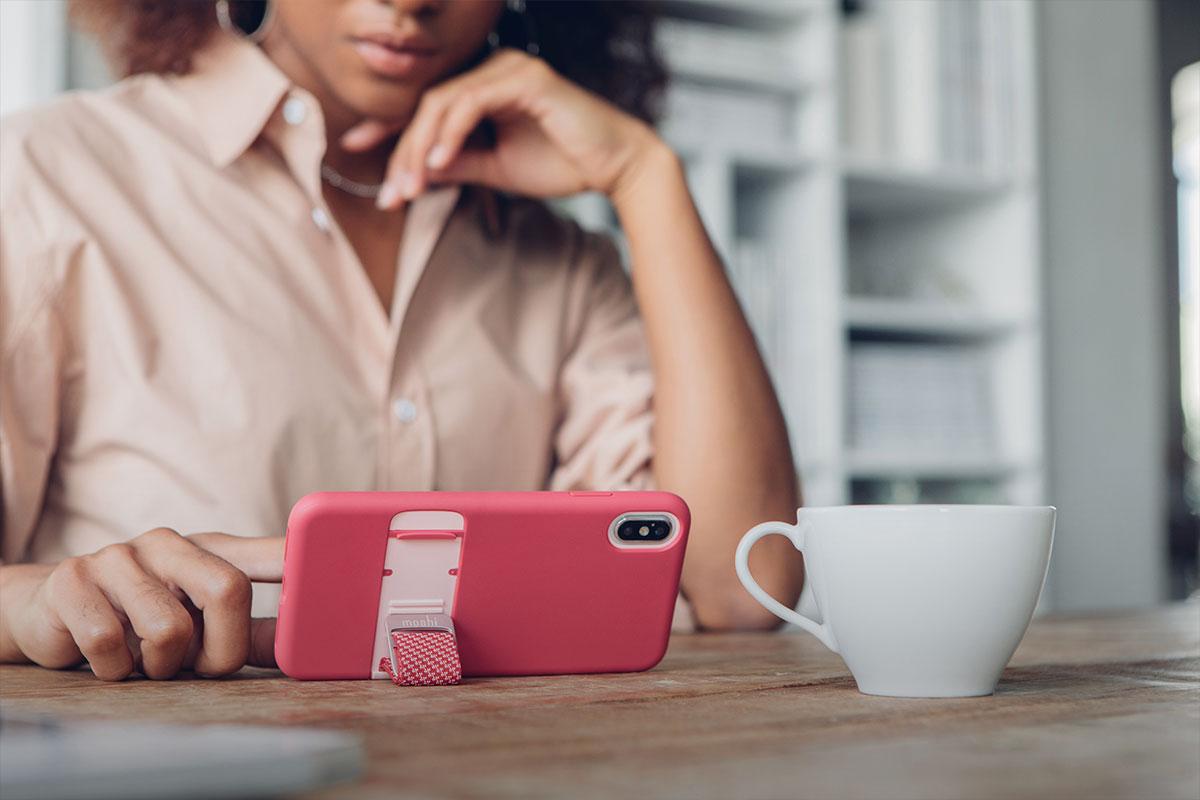 將您的手機轉換成支架模式,便可提供免手持的影片觀看方式。