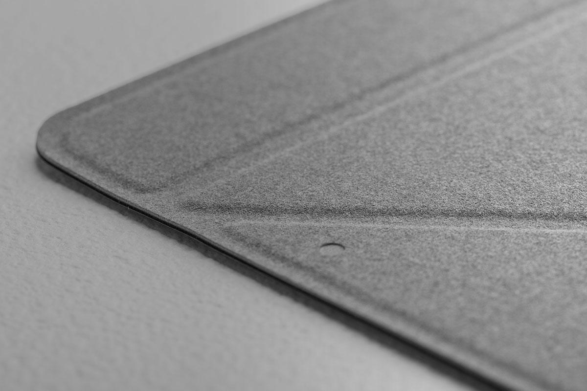 Внутренняя поверхность чехла отделывается мягким микроволокном, которое прилегает к сенсорному экрану.