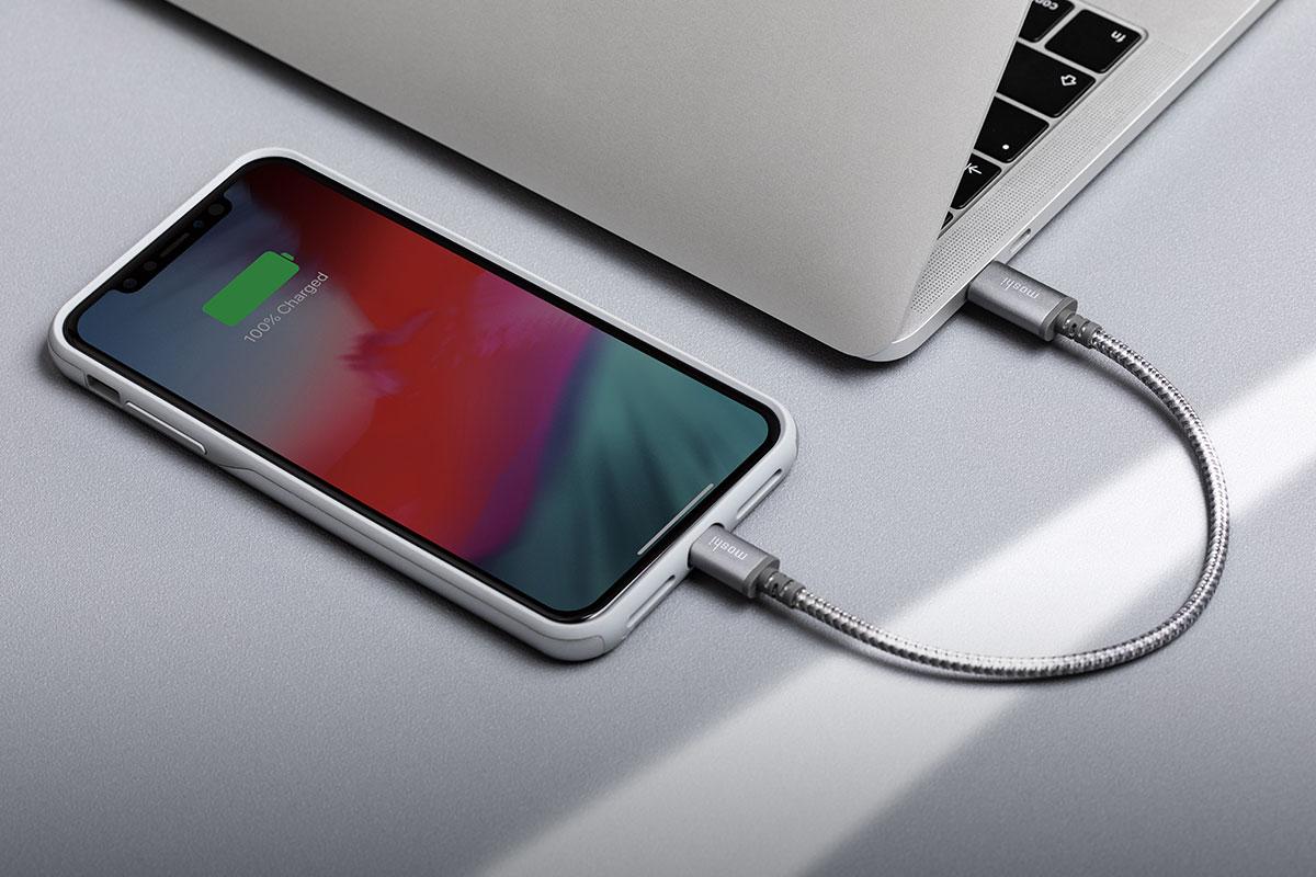 moshiのケーブルをはUSB-C対応ノートパソコンやUSB-C電源アダプターを使用すればLightningコネクタを備えたiPhoneまたはiPadを充電できます。充電器を別途用意する必要はありません。
