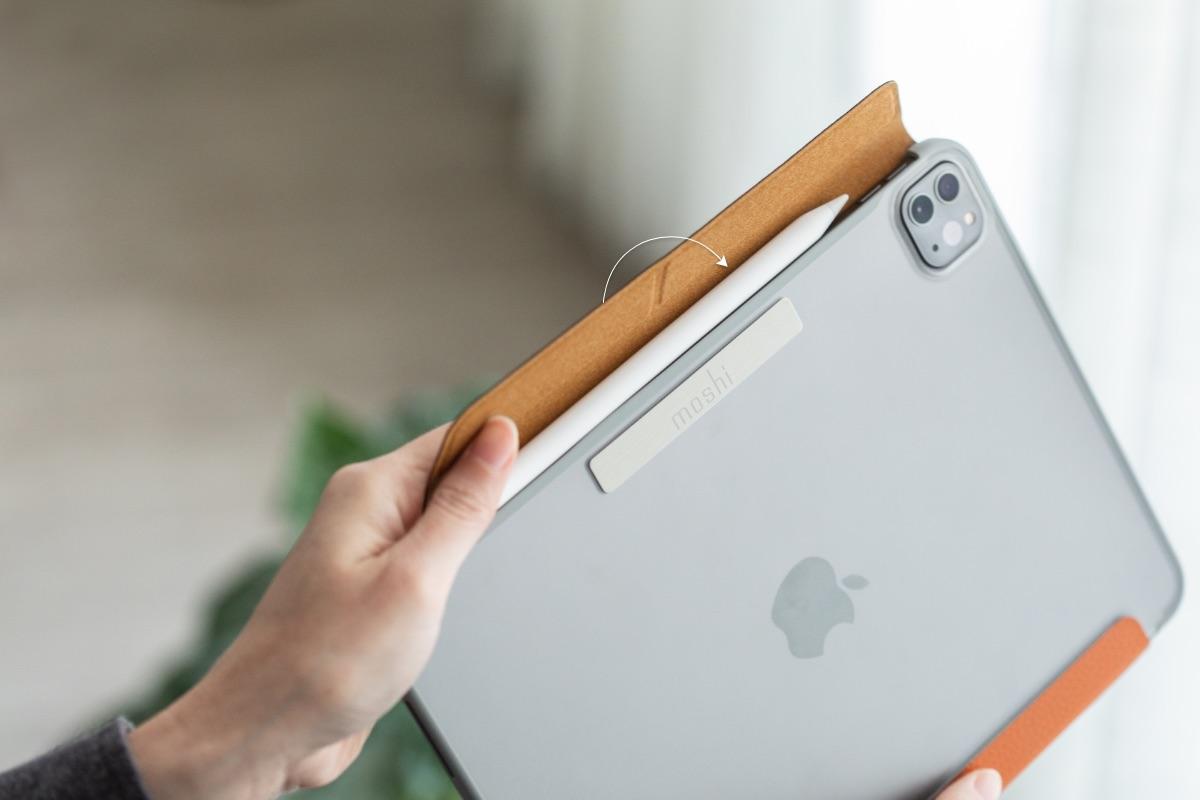 El cierre magnético frontal no solo mantiene la cubierta de la pantalla de VersaCover asegurada cuando no está en uso, sino que también envuelve tu Apple Pencil para ofrecer protección adicional y evitar pérdidas durante la carga.
