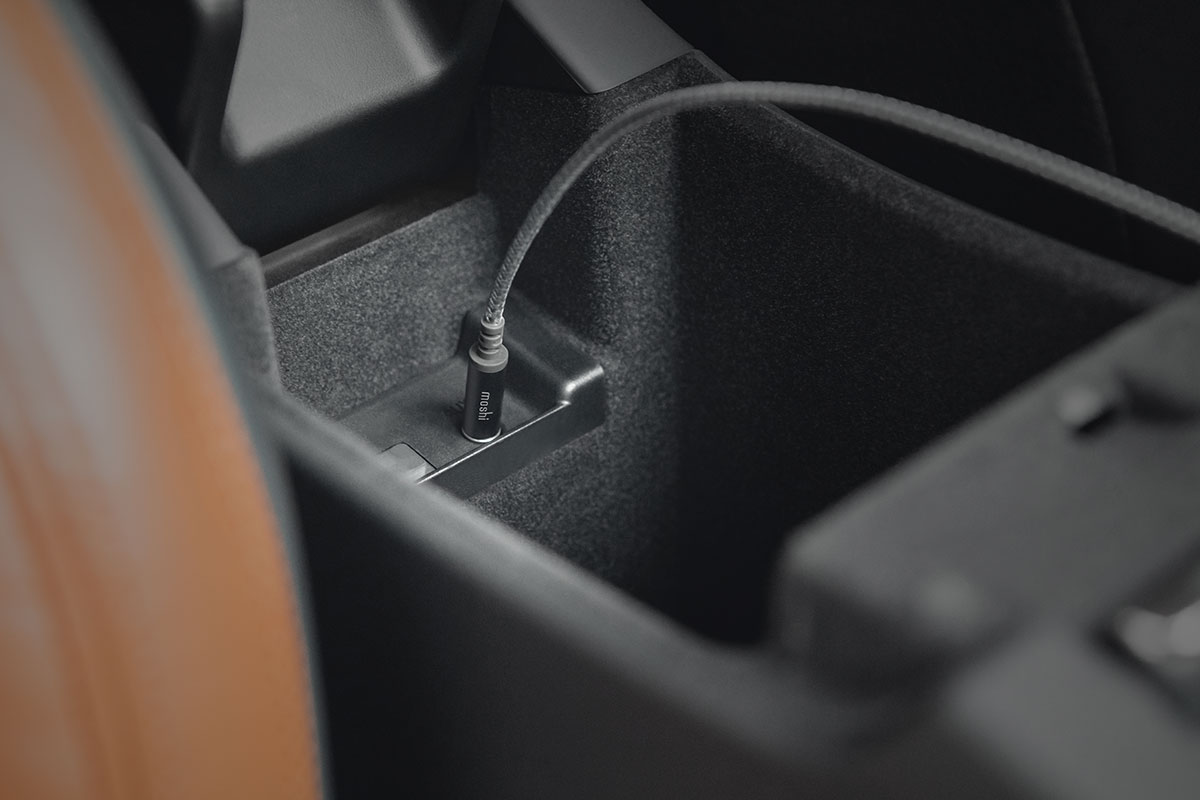 Воспроизводите музыку непосредственно с iPhone на аудиосистему автомобиля.
