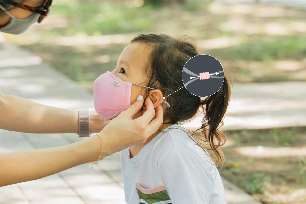 В отличие от веревочных заушных петель на одноразовых масках для лица, наши мягкие заушные петли облегчают нагрузку на заднюю часть ушей ваших детей даже во время использования в течение всего дня в школе или на детской площадке. Длина заушной петли может регулироваться с каждой стороны маски для идеальной посадки. Дополнительный фильтр из бамбукового угля борется с запахами, чтобы обеспечить дополнительный комфорт и удобство ношения даже после использования в течение целого дня.