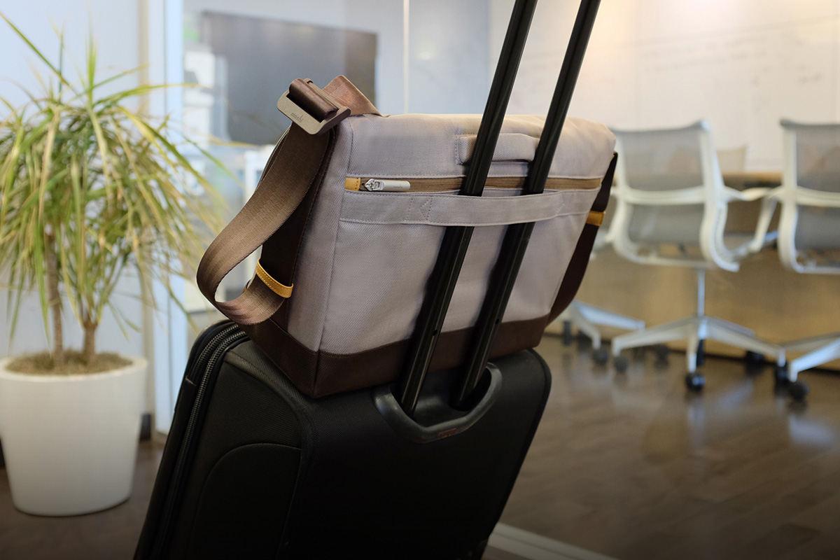 Une poignée arrière permet d'attacher votre sac à votre valise pour plus de stabilité.