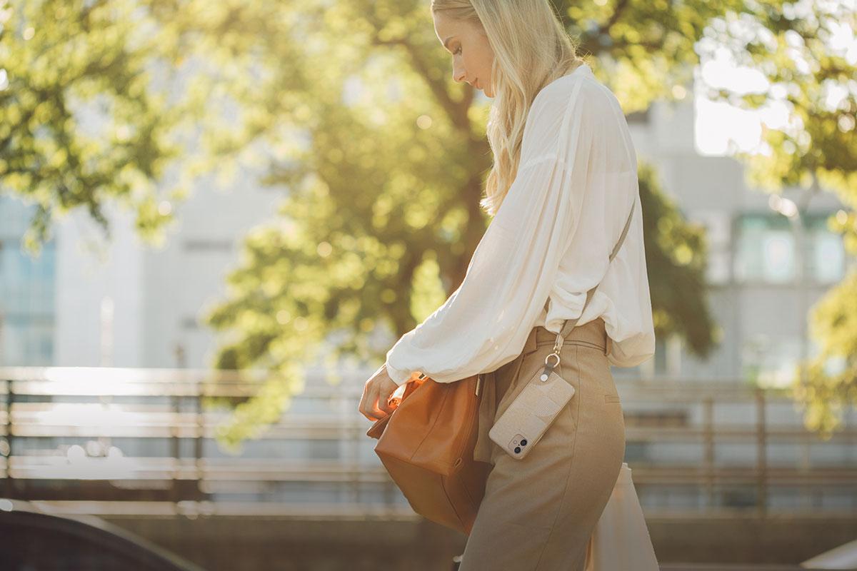 無論是騎自行車、健行或旅行,Altra 可調式掛繩搭配手機保護殼讓您隨時享受動態的生活方式。
