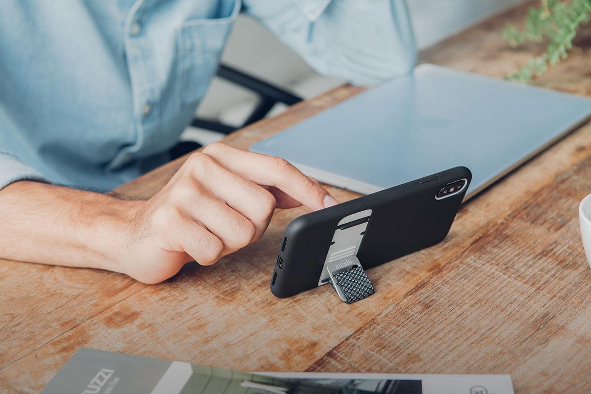 Stellen Sie Ihr Handy in den Ausklappständer, damit Sie Ihre Videos freihändig ansehen können.
