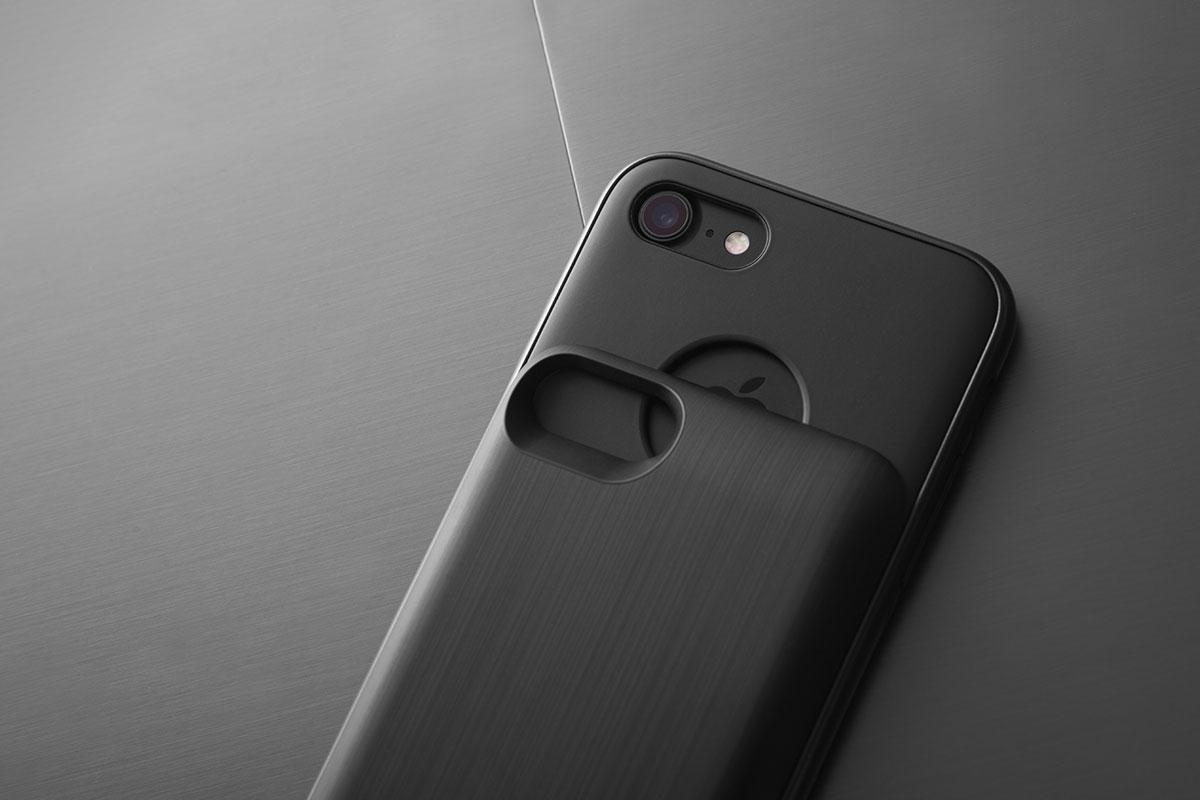 バッテリーパックのツーピーススライド式デザインにより、iPhone をスリムかつコンパクトに維持できます。