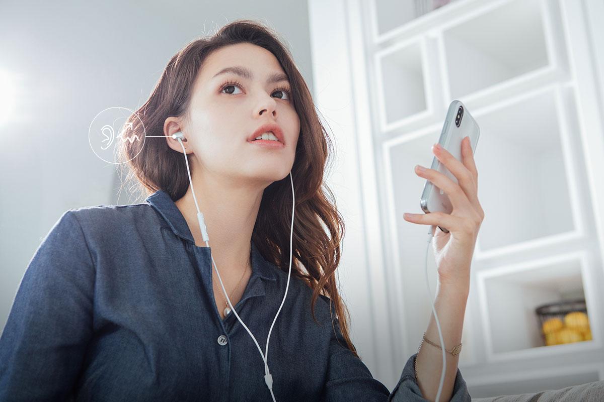 雙料矽膠耳塞有效隔絕外界噪音並提供舒適的聆聽體驗。