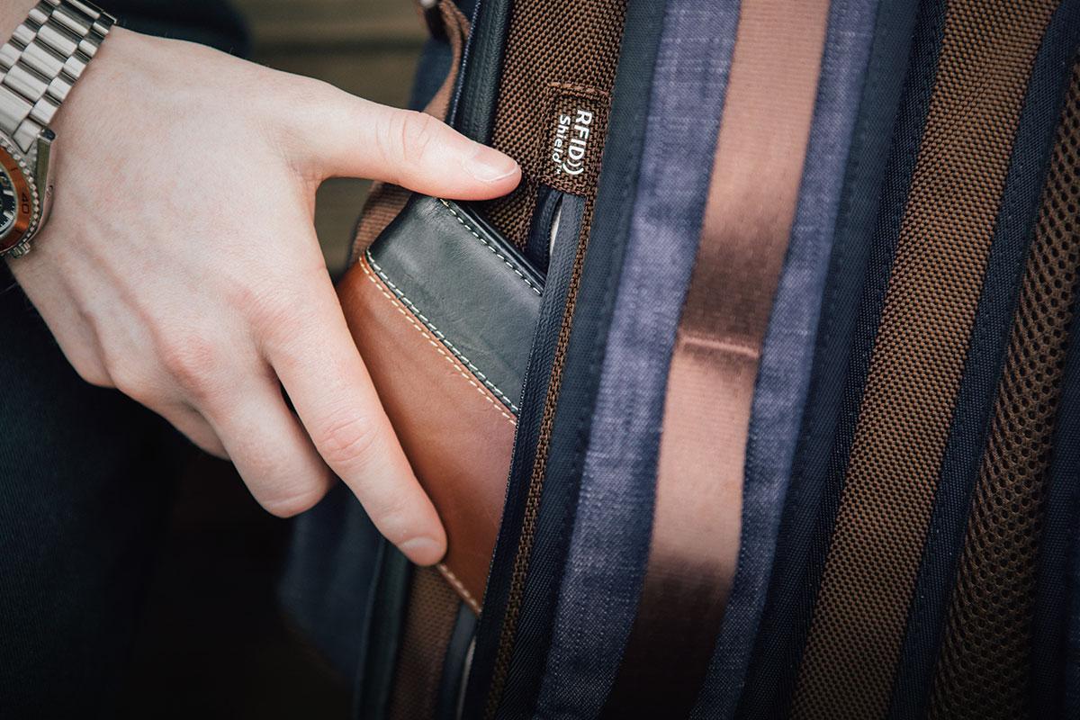 背面のナポレオンポケットは RFID保護技術を採用し、個人やカードデータをスキミング防止します。