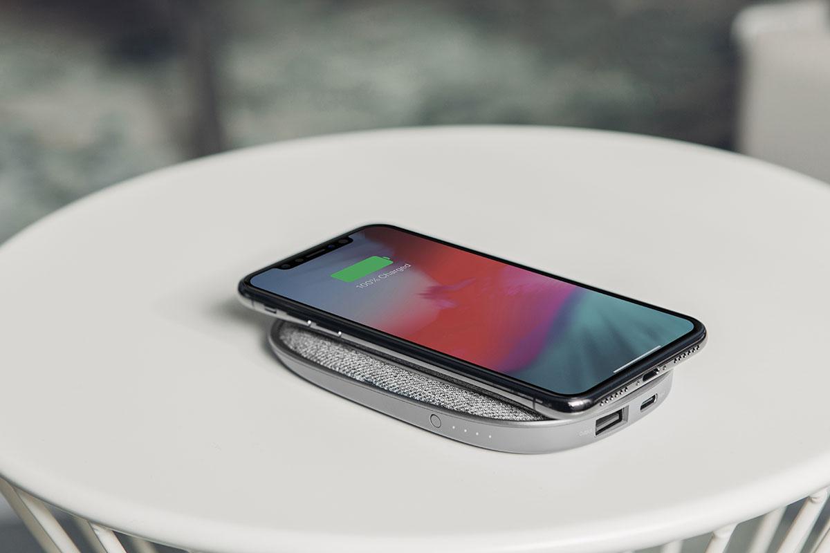 Porto Q 5K を使用すれば、どこにいてもワイヤレスで携帯電話を充電できます。