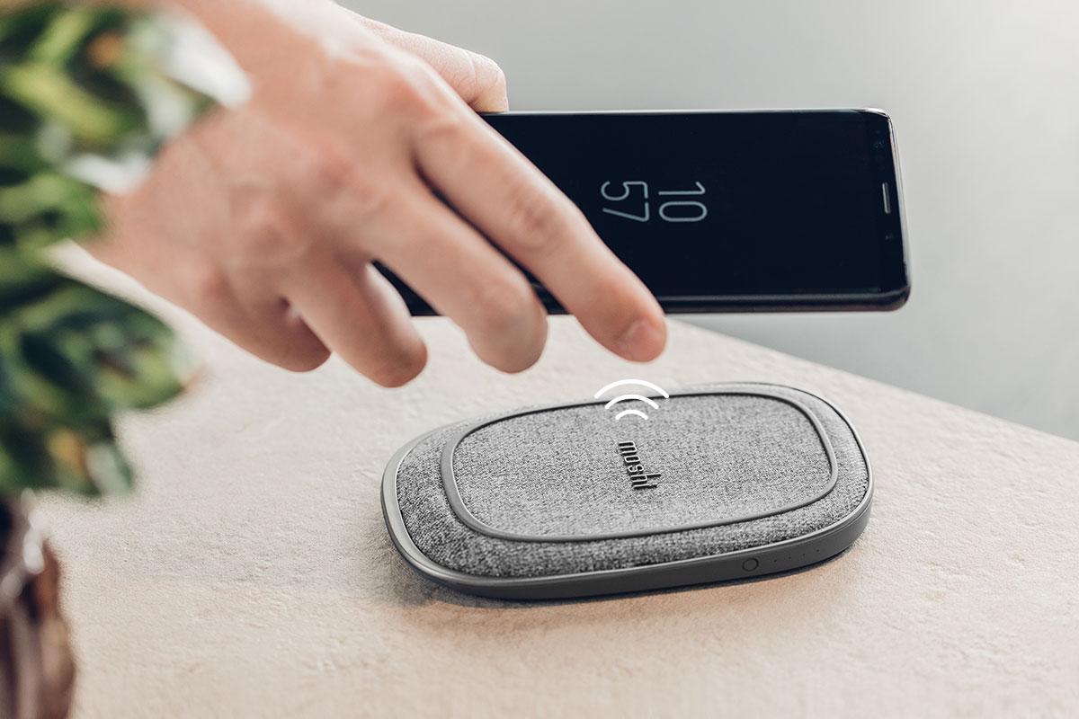 请摘下外层磁吸收纳夹,并建议搭配经过 Qi 认证的无线充电器,特别推荐 Moshi 时尚 Q 系列无线充电系列产品,获得快捷、时尚的无线充电体验。