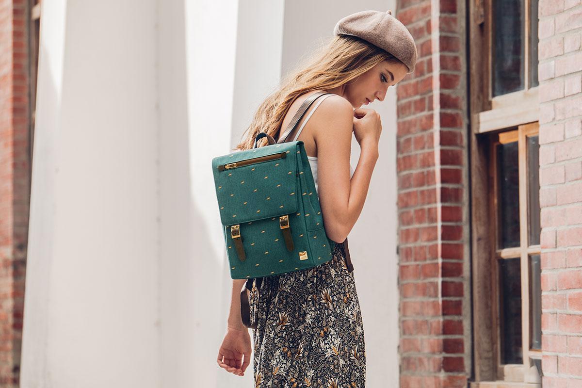 Рюкзак Helios Mini выполнен в стиле минимализма с дизайнерскими деталями — ремешками на магнитных застежках с оригинальными пряжками и золотистой фурнитурой.