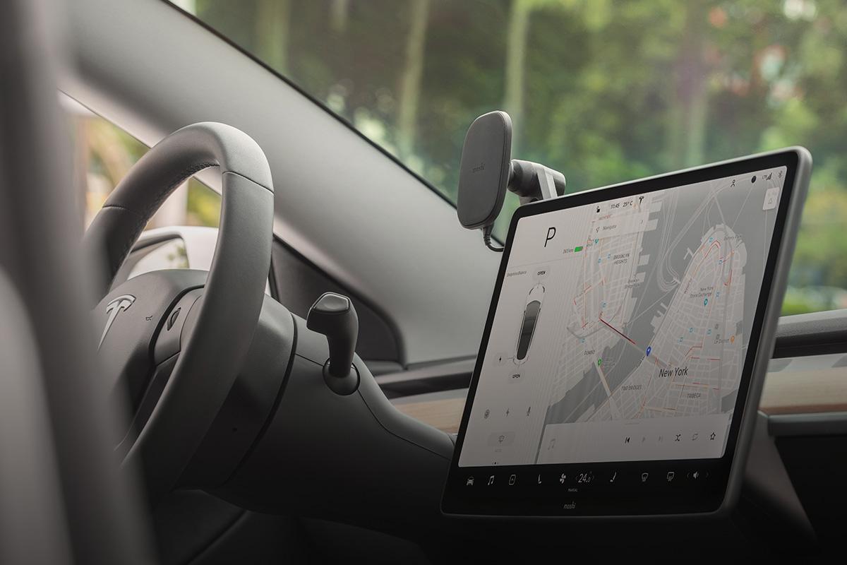 Se puede instalar en la pantalla táctil central para mantener tu teléfono a la vista.