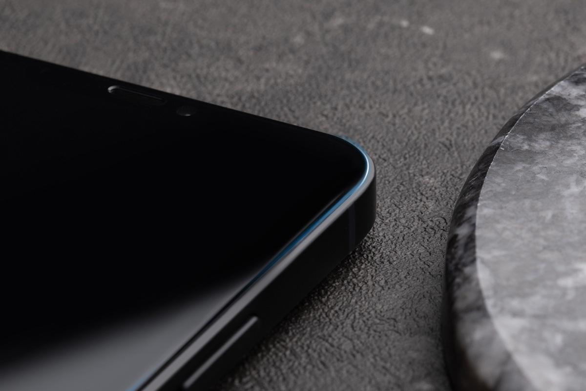 圓弧邊緣與精密導角裁切,滿版邊對邊完美貼合 iPhone 螢幕。