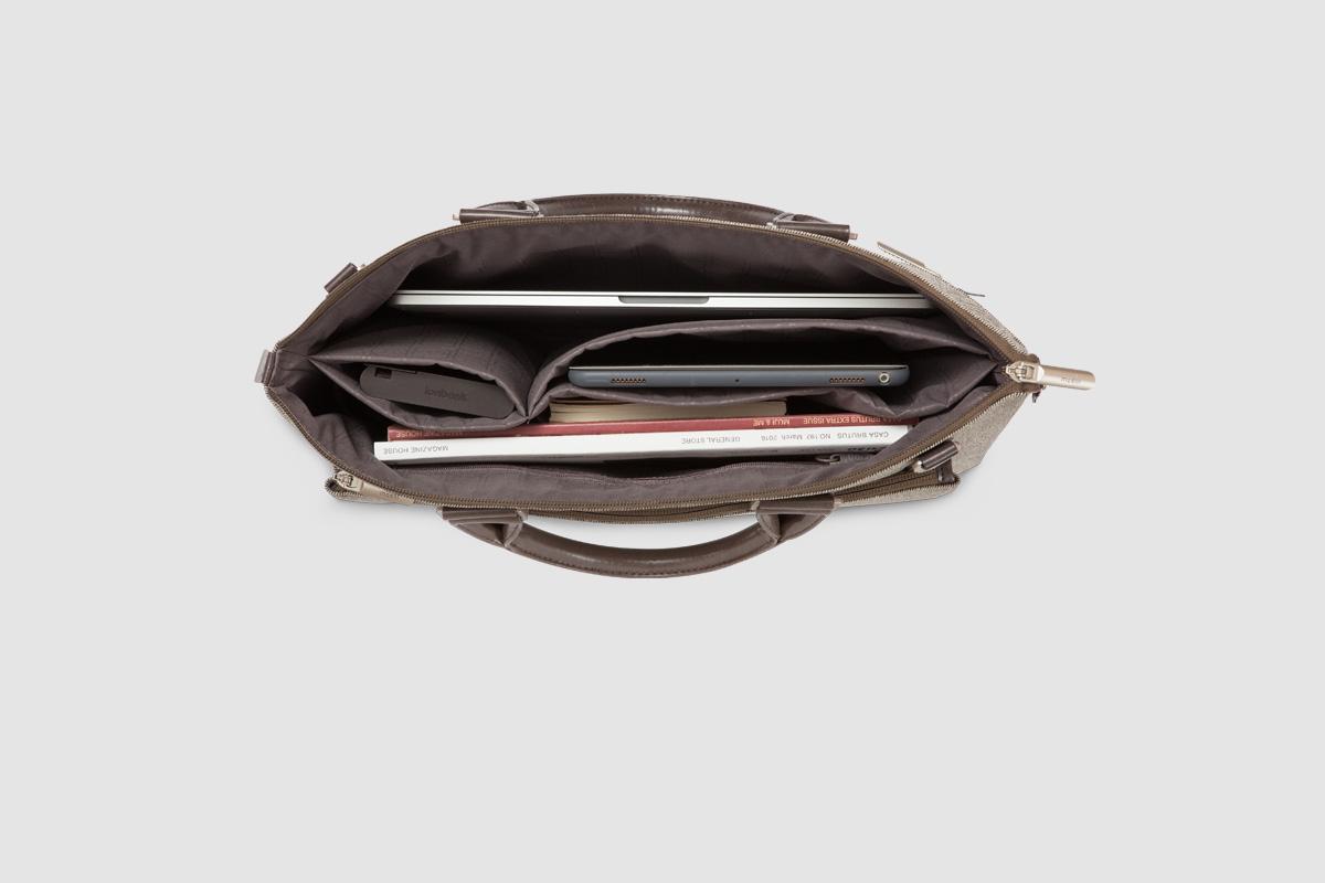 Portez Urbana à la main, ou attachez le ViscoStrap™ rembourré pour le porter en bandoulière.