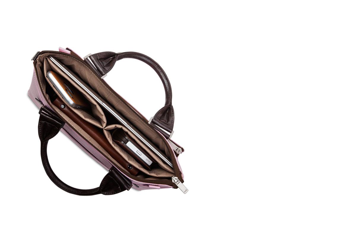 バッグ内部に装備された数々の仕切りには、ペン、充電器、スマートフォン、ケーブルなどのアクセサリーをコンパクトに収納できます。