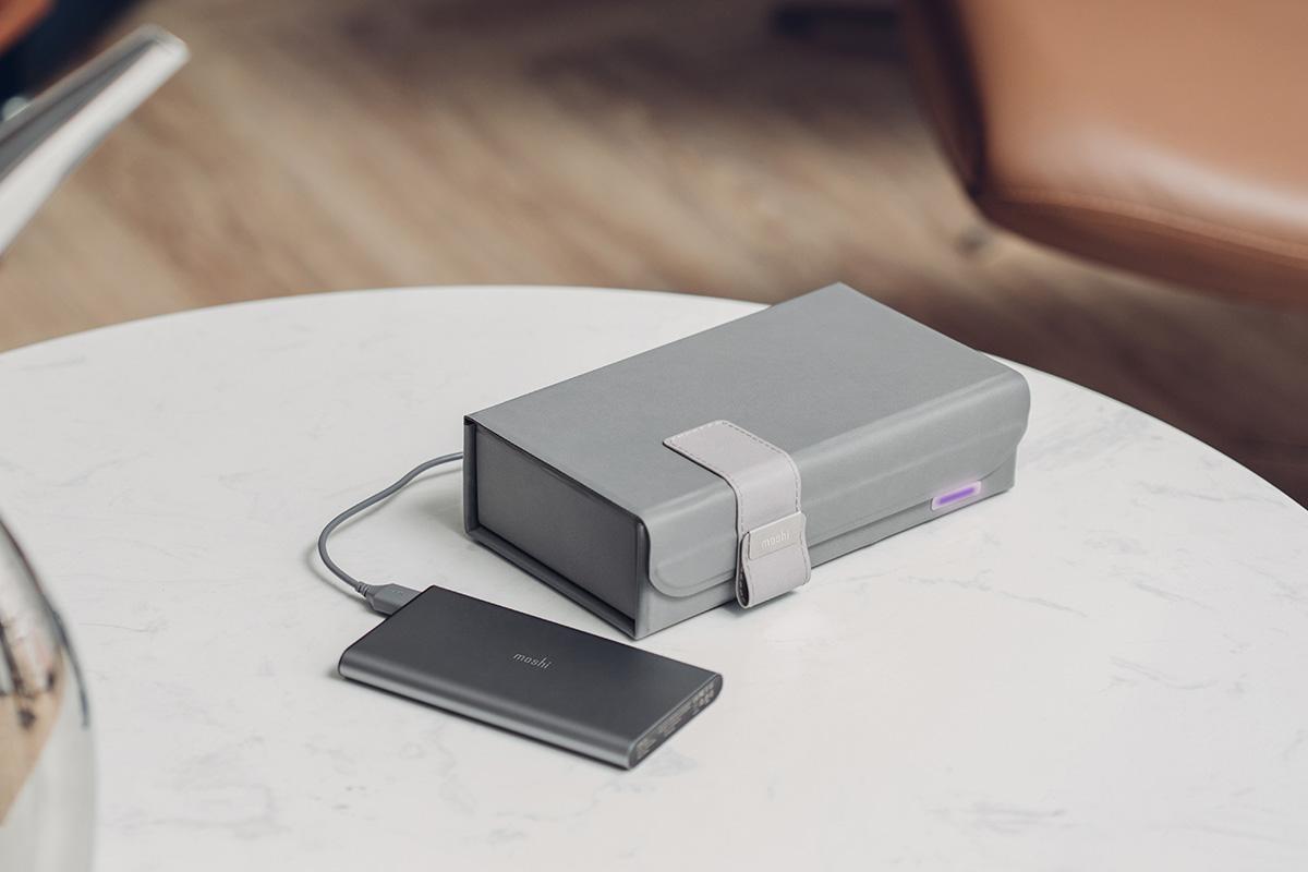 Deep Purple se plie à plat pour vous accompagner partout. D'autre part, l'entrée d'alimentation polyvalente USB-C permet de disposer de sources d'alimentation pratiques en fonction de votre emplacement. Grâce au câble USB inclus, Deep Purple peut être alimenté par un adaptateur mural, un chargeur de voiture ou une batterie portable pour vous permettre de désinfecter facilement vos objets dans les cafés, les parcs, les hôtels ou où que vous soyez.
