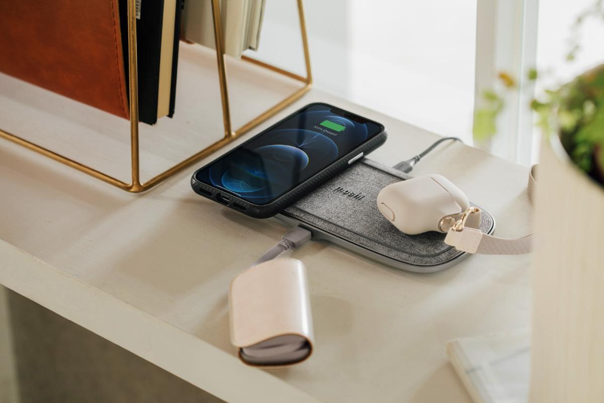 Sette Q станет центром вашего мира зарядки устройств, позволив вам отказаться от множества зарядных кабелей, загромождающих ваш стол, журнальный столик или прикроватную тумбочку. Одновременно заряжайте телефон и наушники беспроводным способом, просто поместив их на Sette Q. Для домашних хозяйств с большим количеством устройств Sette Q будет служить центральной зарядной станцией в гостиной, на кухне или в домашнем офисе. Поддерживает беспроводную зарядку устройств с сертифицированных по стандарту Qi выпущенных Apple, Samsung, Google и Sony и других, а также обеспечивает беспроводную зарядку AirPods, Pixel Buds и Galaxy Buds и других наушников, зарядные чехлы которых поддерживают беспроводную зарядку.