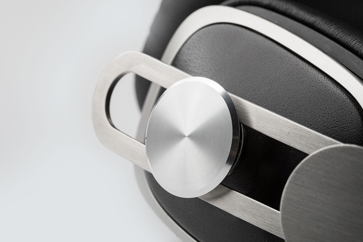 高通気性レザーレットと軽量ステンレススチールで製作されています。