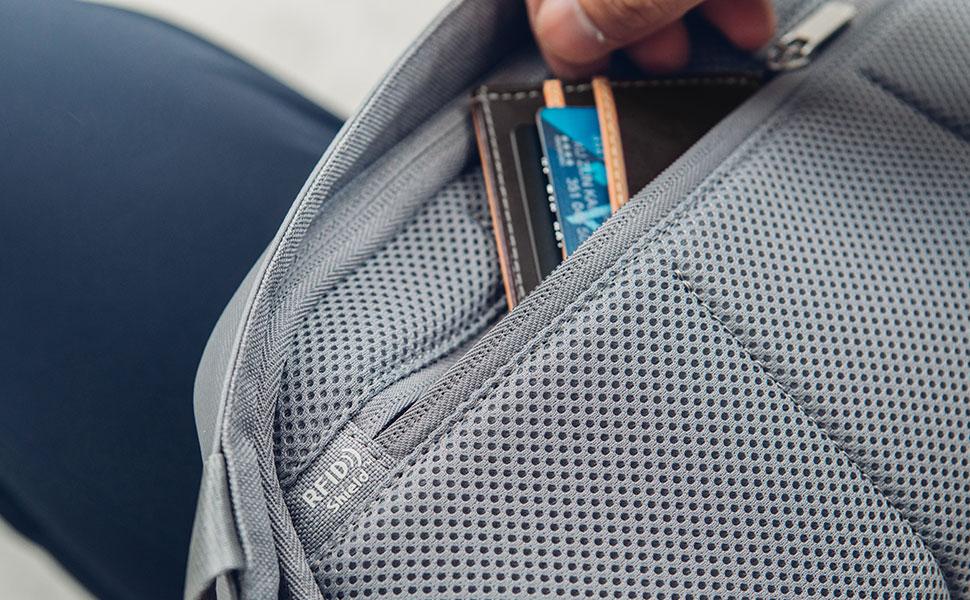 スキミング防止RFID保護ポケットでクレジットカードや個人情報が安全であることを保証します。