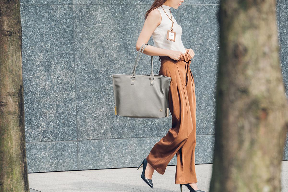 Эта сумка отлично подходит для хранения ноутбука, и ее удобно носить на плече во время прогулок.
