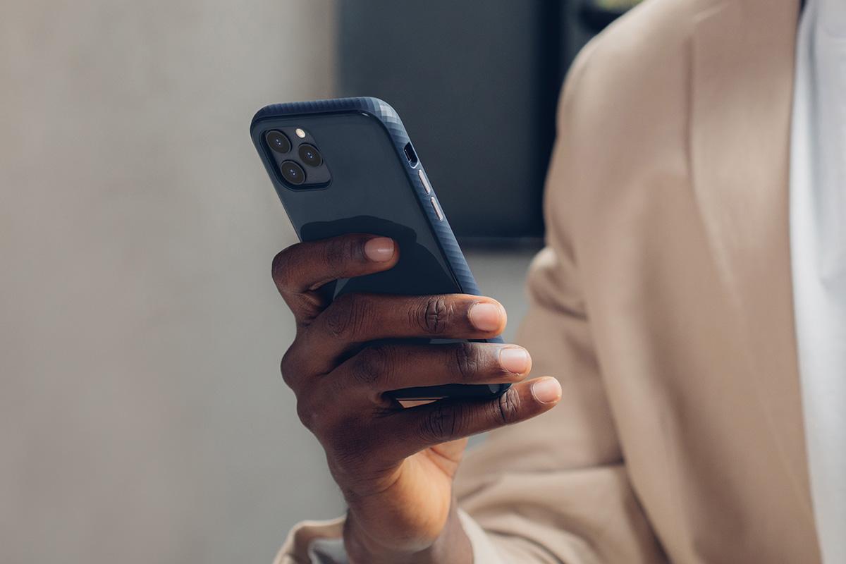 В прочной гибридной конструкции iGlaze используются твердые и мягкие полимеры для достижения мягкости, благодаря которой его легко держать в руке, материал на 100% нетоксичен и не содержит бисфенола А. iGlaze также оснащен защитой от падений военного уровня, чтобы ваш телефон выдерживал падения под любым углом (MIL-STD-810G, сертификат SGS).