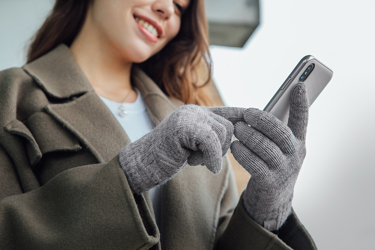 Digits contain a high-tech conductive fiber on all 10 fingertips for responsive and accurate touchscreen operation.