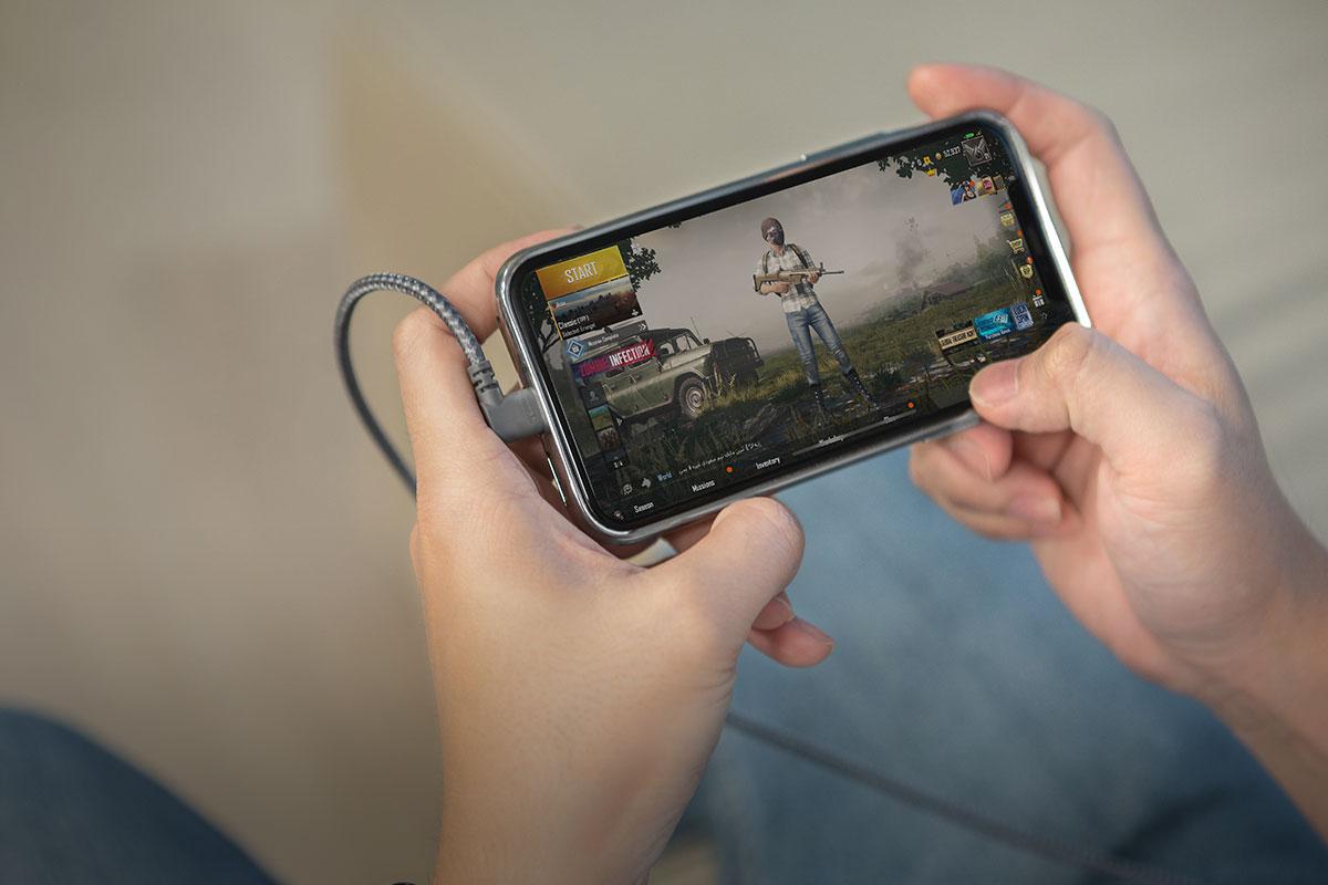 Juega cómodamente a tus juegos favoritos mientras recargas el dispositivo.