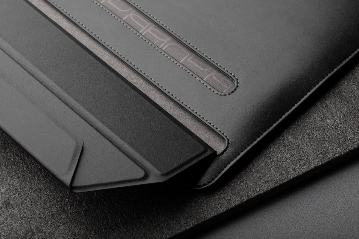 Muse's zipper-less, magnetic closure gives you convenient access to your laptop without scratching its pristine finish. Inside, a soft Terahedron™ microfiber inner lining cradles and cleans your device as you slide it in and out.