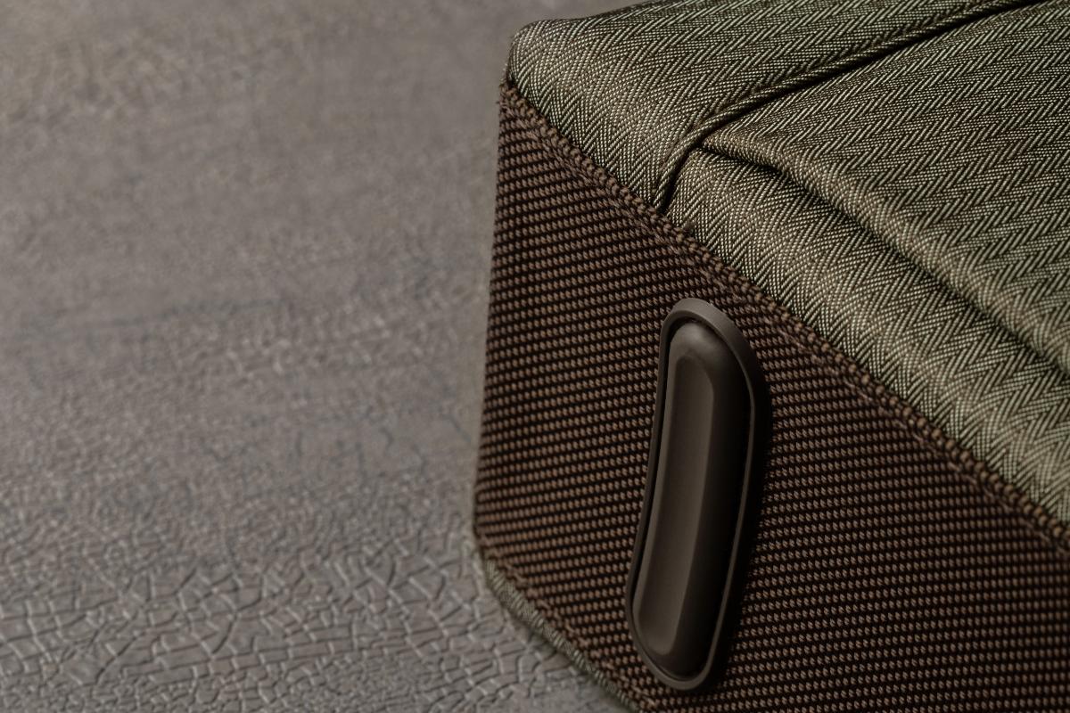 Zwei stabile Füße am Boden helfen der Urbana Lite nicht nur beim problemlosen Ein- und Auspacken und beim Abstellen aufrecht zu stehen, sondern schützen auch vor Kratzern, Rissen und Schmutz.