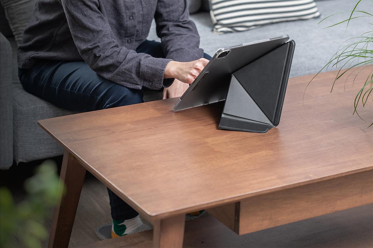 Eleganter Schutz für Ihr iPad. Das preisgekrönte Design von VersaCover lässt sich zu einem praktischen Aufsteller zusammenklappen.