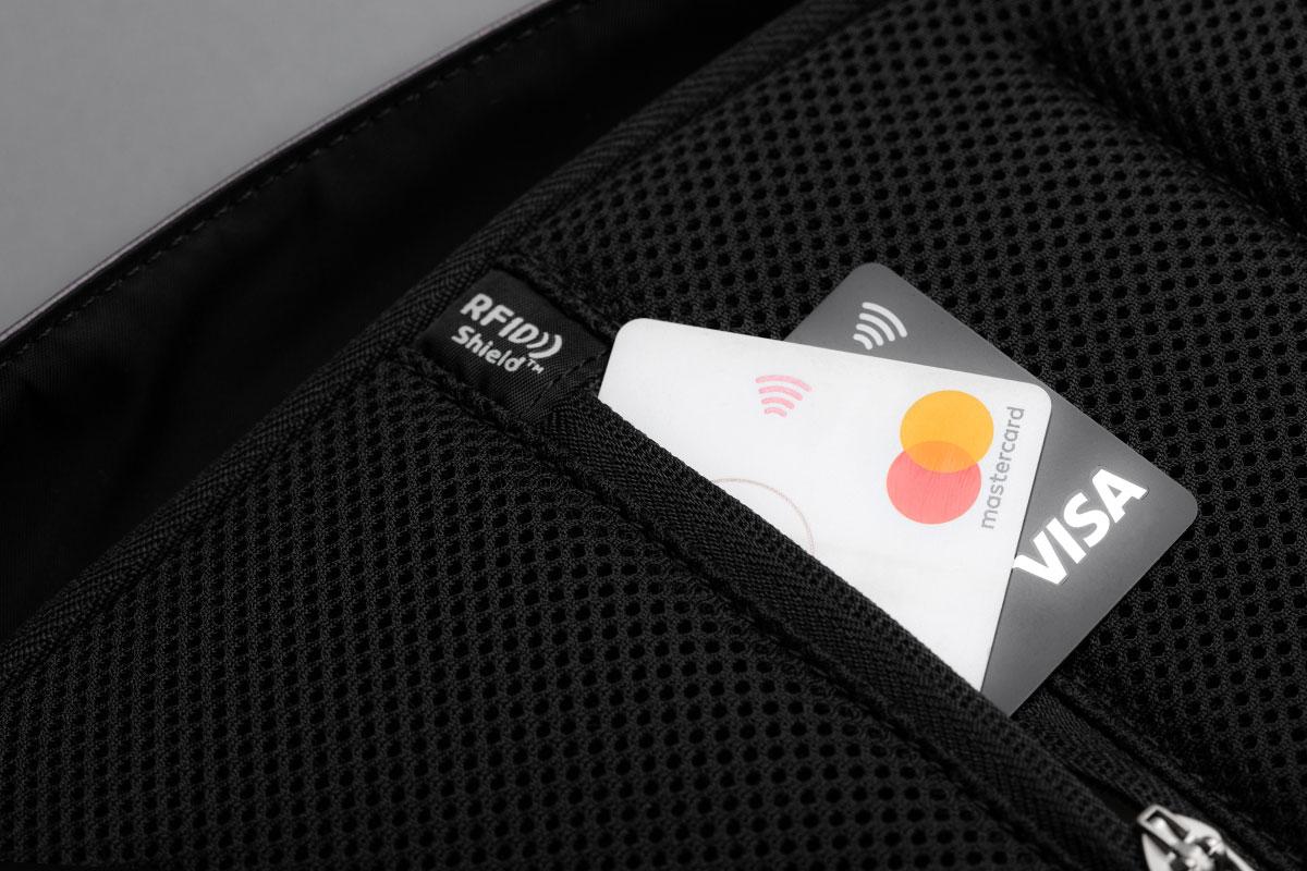 スキミング防止RFID保護ポケットにより、クレジットカード情報などを安全に守ります。